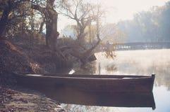 在河的老小船 免版税库存照片
