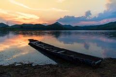 在河的老木小船 免版税库存图片