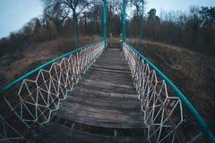 在河的老桥梁在乌克兰村庄 免版税库存图片