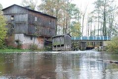 在河的老水车 免版税库存照片
