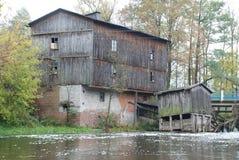 在河的老水车 免版税库存图片