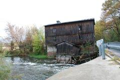 在河的老水车 库存照片