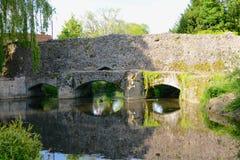 在河的老石桥梁 免版税库存照片