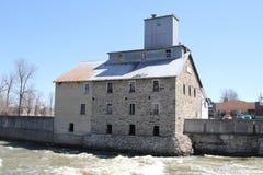 在河的老石磨房 库存照片