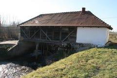 在河的老磨房 库存图片