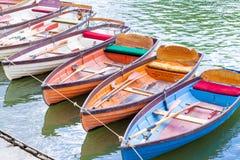 在河的聘用小船 库存照片