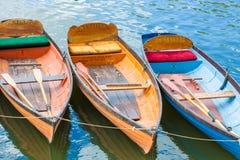 在河的聘用小船 库存图片