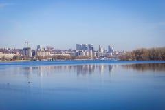 在河的背景的春天风景 免版税库存图片