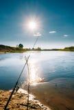 在河的背景的钓鱼竿环境美化 库存照片