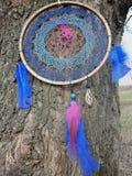 在河的背景的Dreamcatcher Dreamcatcher日落,山,boho别致,种族护身符,标志 免版税库存照片