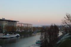 在河的船在沃尔夫斯堡 免版税库存图片