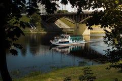 在河的船 免版税图库摄影