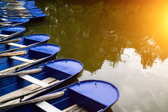 在河的蓝色小船 库存图片