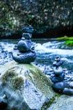 在河的被堆积的岩石 库存照片