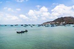 在河的被绘的小船 免版税库存照片