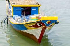 在河的被绘的小船 免版税库存图片