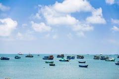 在河的被绘的小船 免版税图库摄影