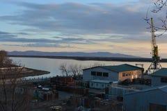 在河的起重机在日落的口岸的 库存图片