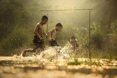 在河的足球 图库摄影