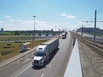 在河的路和电车桥梁 免版税库存图片