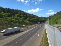 在河的路和电车桥梁 免版税图库摄影