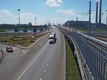 在河的路和电车桥梁 库存照片