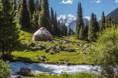 在河的边的白色羊毛房子 库存照片