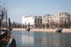 在河的都市风景 免版税库存照片