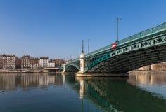 在河的金属桥梁 库存图片