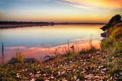 在河的金黄日落 免版税库存照片
