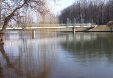 在河的钢桥梁 免版税库存图片