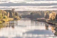 在河的铁路桥在秋天晚上 免版税图库摄影