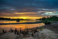 在河的风景日落 免版税库存图片