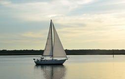 在河的风船黄昏的 免版税库存图片