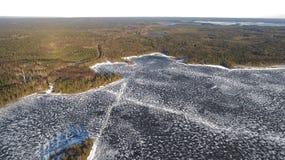 在河的鸟瞰图有熔化的冰的,与雪的晴朗的春天天气 库存照片