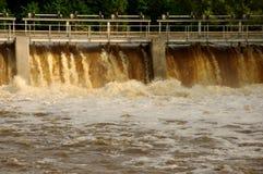 在河的水坝。 图库摄影
