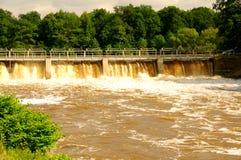 在河的水坝。 免版税库存照片