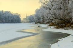 在河的12月日落 免版税库存图片
