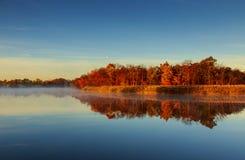 在河的10月早晨 库存照片