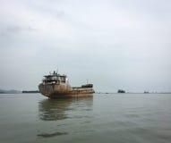在河的货船在太原,越南 免版税库存照片