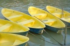 在河的黄色小船 免版税库存照片
