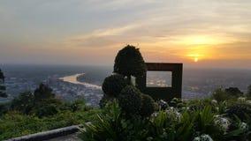 在河的黄色日落 免版税图库摄影