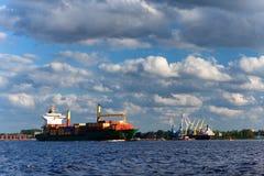 在河的货运容器的 免版税库存图片