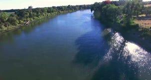 在河的4K Arial视图 股票视频