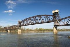 在河的Abandond铁路桥 图库摄影