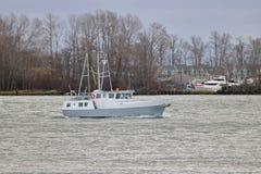 在河的Motorsail小船 免版税库存照片