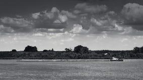 在河的TankerShip 库存图片