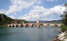 在河石头的桥梁drina老无背长椅 免版税库存照片