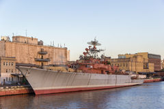 在河码头的老战舰 库存图片