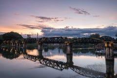 在河第二次世界大战的Kwai历史的古老桥梁在晚上 库存图片